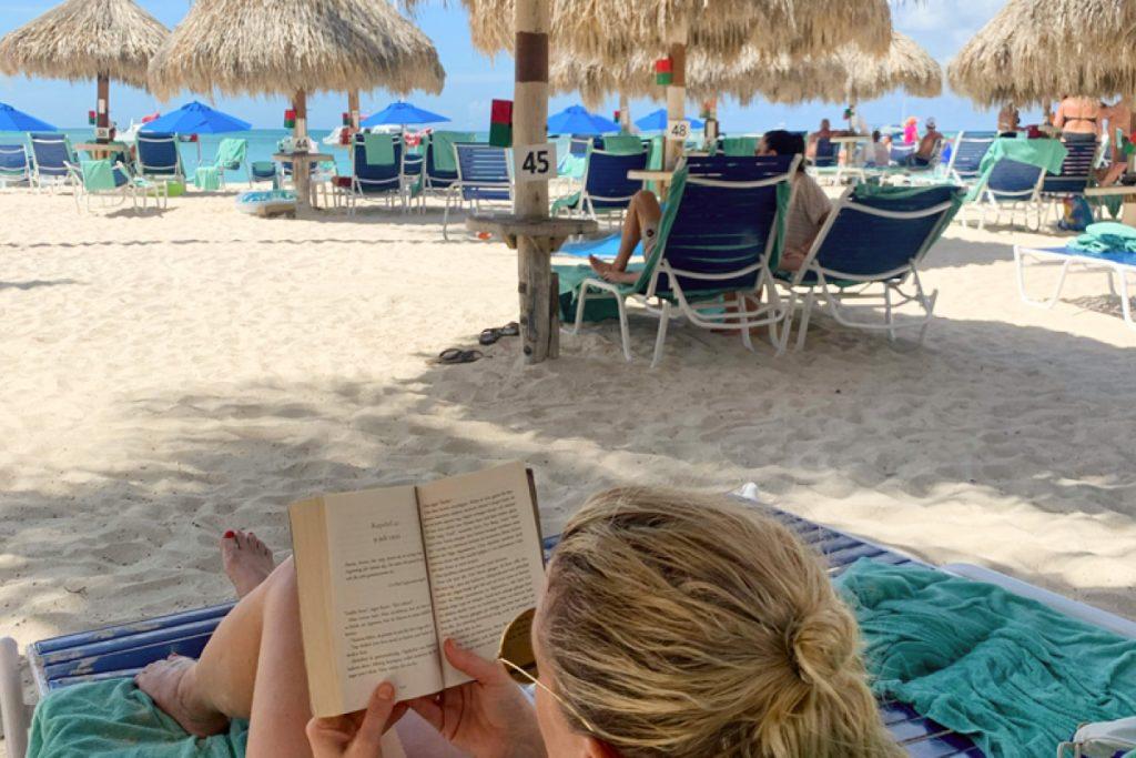 Läser bok aruba palm beach